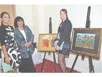 Ученичките Яна Донева (вляво) и Симона Радева позират пред картините си. Между тях е помощник-директорката на 51-о СОУ Диана Каменова.  СНИМКИ: РУМЯНА ТОНЕВА