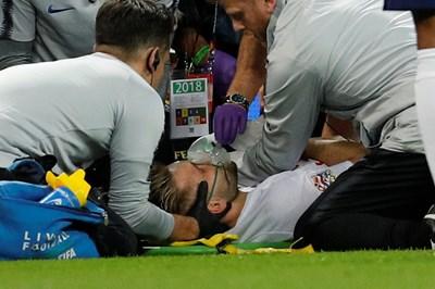 """Медицинският щаб на английския национален отбор обгрижва Люк Шоу, който за кратко изгуби съзнание на """"Уембли"""" след тежък сблъсък с испанския бранител Дани Карвахал. СНИМКА: РОЙТЕРС"""