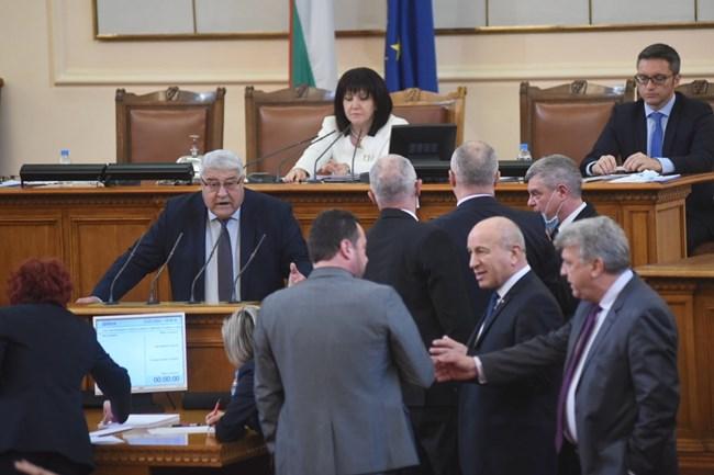 В изказване към опозицията Спас Гърневски повиши напрежението в пленарната зала и получи забележка и наказание за острия си език.