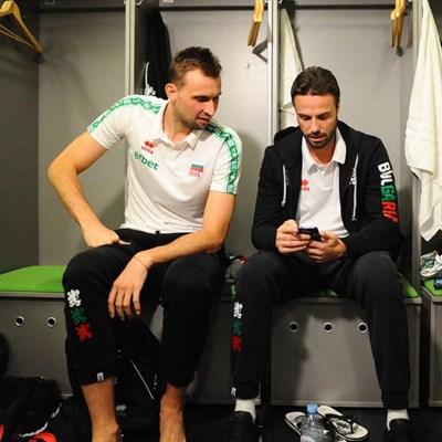 Виктор Йосифов и Теодор Салпаров в съблекалнята преди мача със Словения Снимка: CEV