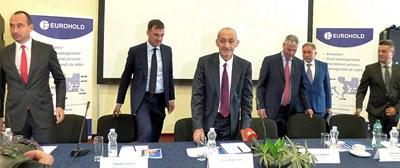 """Асен Христов - председател на надзора на """"Еврохолд"""" (в средата), Кирил Бошов - председател на УС на холдинга (вляво), и мениджъри и членовете на енергийния борд представиха стратегията за развитие на енергийния бизнес на групата."""