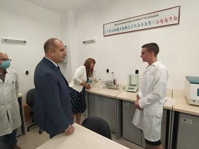 Ученик от професионалната гимназия по хранителни технологии и техника в Пловдив обяснява на Румен Радев как се познава дали млякото е заразено. СНИМКА: АВТОРЪТ