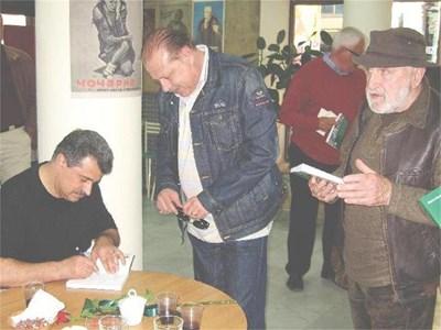 Автограф за верния приятел и (по)читател - Агент Тенев. СНИМКА: ПАРСЕХ ШУБАРАЛЯН