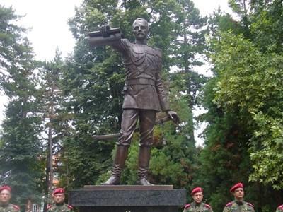 Вицепрезидентът Илиана Йотова и кметът на Павел баня Станимир Радевски откриха днес паметника на патрона на курортния град княз Павел.