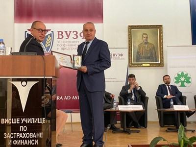 """Александър Личев  - изпълнителен директор на """"ОЗК-Застраховане"""" (вдясно), получи наградата за най-динамично развиващо се дружество."""