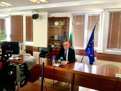Председателят на КЕВР Иван Иванов съобщава колко по-евтин ще е токът.