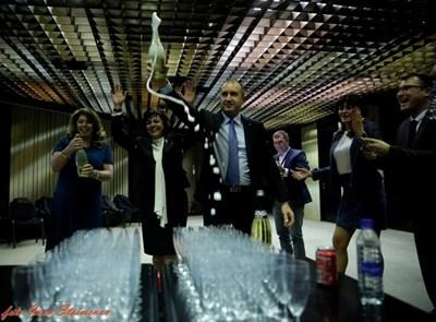 Новоизбраният президент Румен Радев гръмна първата бутилка с шампанско, за да отбележи победата си заедно с БСП в щаба в НДК в изборната нощ. Заедно с него на първа линия празнуваха три дами - съпругата му Десислава (вдясно), соцлидерът Корнелия Нинова (в средата) и новият вицепрезидент Илияна Йотова (вляво). СНИМКА: Иван Стоименов