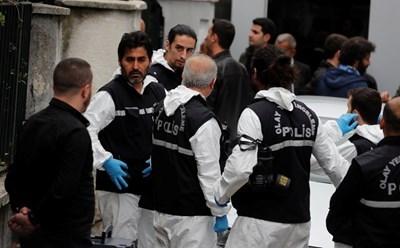 Турски полицаи пристигaт в резиденцията на саудитския консул в Истанбул, за да извършат обиск СНИМКА: Ройтерс