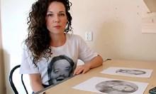 Художничка рисува с двете ръце едновременно (Видео)