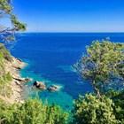 Морето на Елба е прозрачно и мени цвета си от небесносин до тюркоазен.