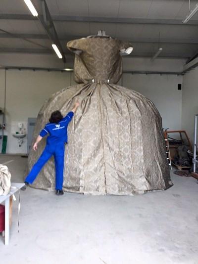 Теглото само на  конструкцията е  150 кг.  Запълват я  с пяна,  шпакловат и я боядисват.