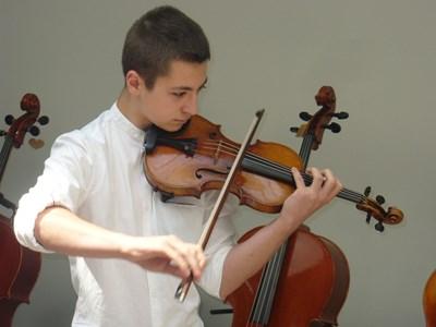"""15-годишният ученик от Казанлък Александър Тянов единствен заслужи честта да посвири с 300-годишната цигулка """"Гуарнери"""". За изявата си младият музикант избра произведение на Бах. СНИМКА: Ваньо Стоилов"""