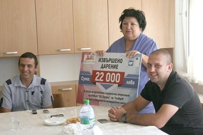 Началникът на клиниката по детска хирургия проф. Пенка Стефанова с представителите на дарителите