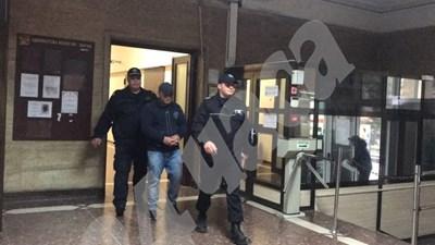 Полицаи конвоират Венцислав за съдебно заседание по делото. СНИМКА: 24 часа