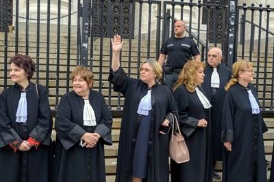 Адвокати и съдии се събраха на мълчалив протест срещу идеята 55 районни съдилища да станат териториални отделения и по-голяма част от делата да се гледат от окръжните съдилища.  СНИМКА: ВЕЛИСЛАВ НИКОЛОВ