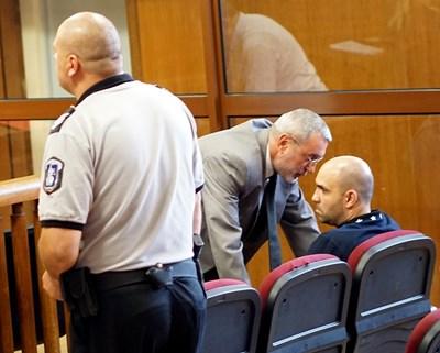 Пейко Янков (седналият вдясно) разговаря с адвоката си Росен Кожухаров в спецсъда. СНИМКА: Десислава Кулелиева