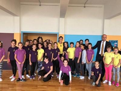 """Димитров и френската хореографка Аник Шарло с децата на """"Тракия""""."""