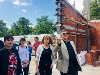 Столичният кмет Йорданка Фандъкова провери строителството на нова сграда на училището в Мрамор.  СНИМКА: СТОЛИЧНА ОБЩИНА