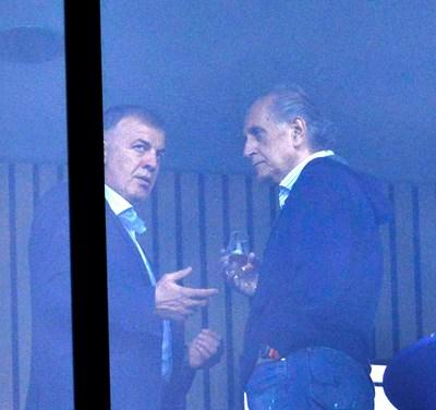 """Настоящият собственик на """"Левски"""" Наско Сираков и бившият собственик Спас Русев говорят зад стъклата на ложата на """"Герена"""" по време на мач на """"сините"""". СНИМКА: ЙОРДАН СИМЕОНОВ"""