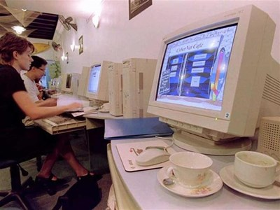 Младежи си чатят в социална мрежа в интернет кафе. Тези форуми са най-уязвимите за измами.  СНИМКА: РОЙТЕРС
