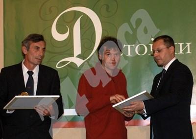 Голямата награда за достойните българи през 2006 г. бе за Атанас Генчев (вляво) и Ивелин Иванов, спасявали хора от автобуса, паднал при Бяла. Призовете им връчи премиерът Сергей Станишев СНИМКА: 24 часа