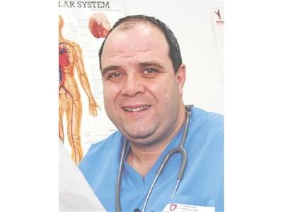 """Д-р Асен Драмов, главен асистент към сектор """"Ангиология"""" в Клиниката по съдова хирургия и ангиология в Университетската национална кардиологична болница в София Той отговаря на въпроса на Стоян Панайотов"""