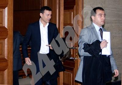 Миню Стайков (вляво) излиза от съдебната зала с адвоката си Станислав Коев през 2009 г. СНИМКА: 24 часа