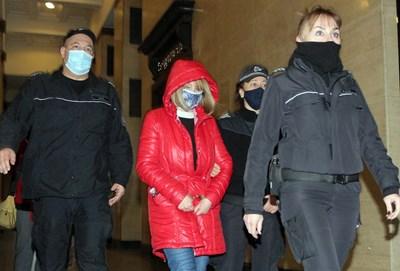 Полицаи водят в съда Галина Илиева, съпругата на резидента Иван Илиев. Снимка Румяна Тонева