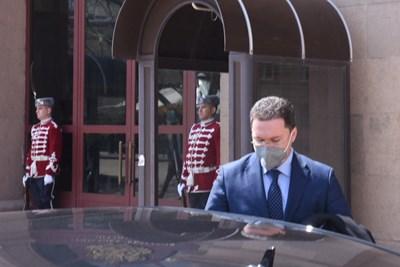 Предложеният за премиер ГЕРБ-СДС Даниел Митов взе мандата за съставяне на правителство от президента Радев. СНИМКА: Велислав Николов