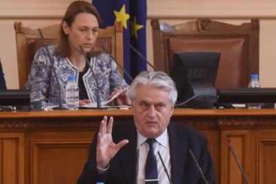 Бойко Рашков отговаря на въпроси на депутатите.  СНИМКИ: ВЕЛИСЛАВ НИКОЛОВ