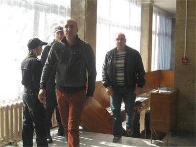 Красимир Оков (на преден план) и Пламен Галев на влизане в съда в понеделник  СНИМКИ: АВТОРЪТ