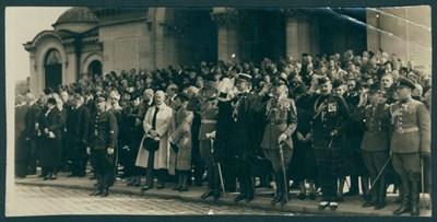 """Български и чужди дипломати пред катедралата """"Св. Ал. Невски"""" в София през средата на 30-те години на ХХ век. СНИМКА: Държавна агенция"""