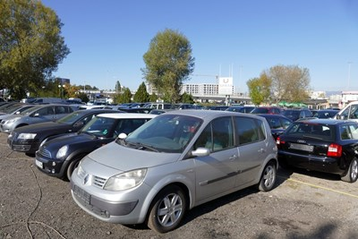 Автокъщите в страната са претъпкани с употребявани коли, които отлежават на паркингите с месеци. Снимка: Пиер Петров