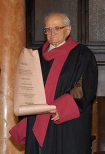 17. 1. 2006 г. Валери Петров с наградата на Софийския университет.