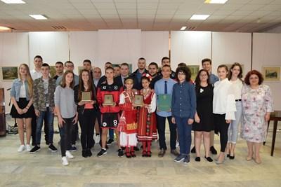 Кметът Добромир Добрев с наградените ученици