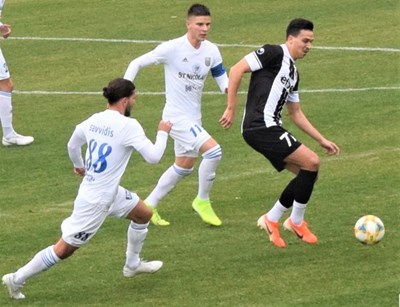 Хърватинът Анте Аралица /вдясно/ в 33-та изведе Локо напред след силен удар пред пеналта.