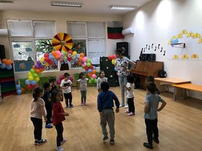 Деца във Велико Търново опитват да спазват социална дистанция в градината. СНИМКА: Дима Максимова