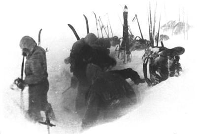 Участник в похода снима приятелите си да разпъват палатката в подножието на Холатчахъл.