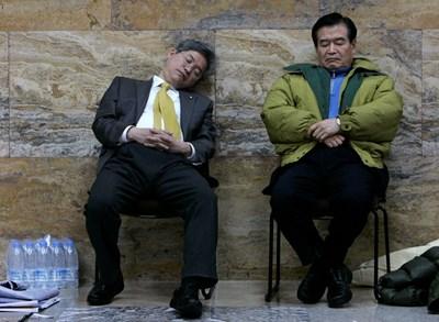 Близо 40% от японците страдат от хронично безсъние и е обичайна гледка някой да подремва на обществено място. СНИМКА: РОЙТЕРС