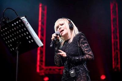 Лили Иванова пак ще пее в различни градове на страната. СНИМКА: ОФИЦИАЛЕН ФЕЙСБУК ПРОФИЛ НА ПРИМАТА