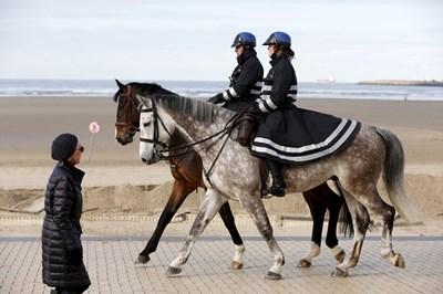 Белгийски конни полицаи патрулират в град Зеебруге. Белгия въведе отново граничен контрол с Франция, за да спре притока на бежанци от лагера в Кале. СНИМКА: РОЙТЕРС