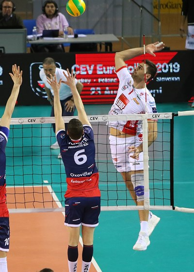 """Соколов се е извисил във въздуха преди да атакува топката в полето на """"Закса""""."""