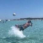 Ибрахимович се забавлява с топка във водата