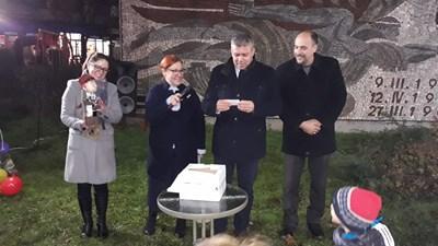 Кметът Стоян Алексиев разигра томбола, асистиран от заместниците си Лариса Кътова и Калоян Георгиев.