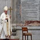 """Папа Франциск отслужи меса за Велики четвъртък в празната базилика """"Св. Петър"""". Главата на Римокатолическата църква заяви, че медиците и свещениците са светците на нашето време."""