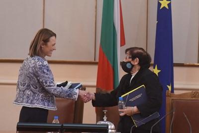 Мика Зайкова отстъпи председателското място на Ива Митева Снимки: Велислав Николов