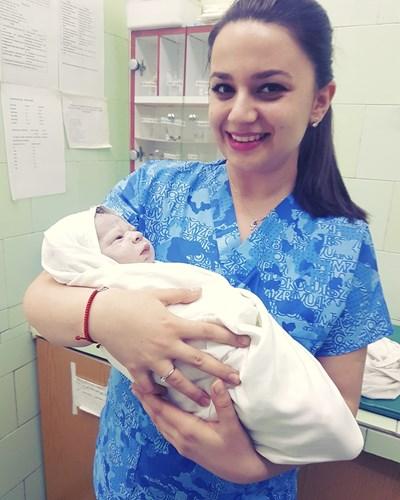 Д-р Неврие Сюлейман държи първото бебе, родено в Пловдив през 2018 г. СНИМКА: Личен Архив На Лекарката