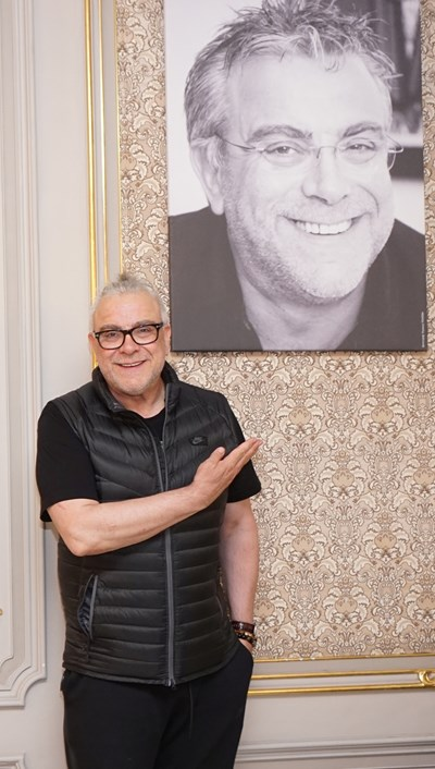"""Владимир Пенев до портрета си, който е част от изложбата на """"24 часа"""".   СНИМКИ: ДЕСИСЛАВА КУЛЕЛИЕВА"""