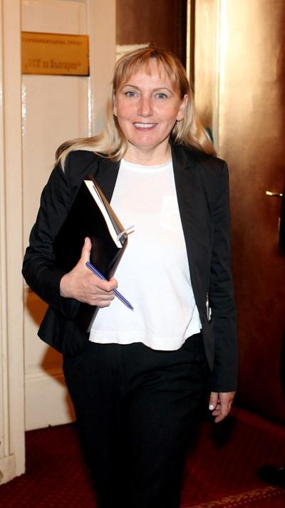 Като  депутат  Елена  Йончева е острието  на БСП  срещу властта. СНИМКА: Румяна Тонeва