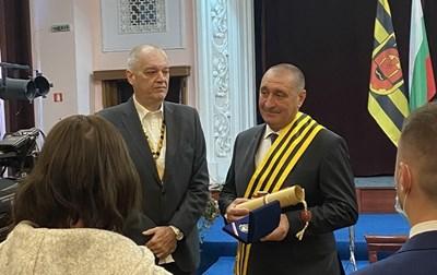 """Пламен Аспарухов (вдясно) бе удостоен със званието """"Почетен гражданин на Перник"""" на тържествено заседание на общинския съвет."""